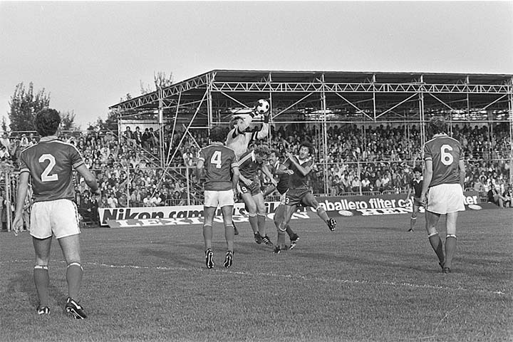 Hans van Breukelen pakt de bal boven Kees kist