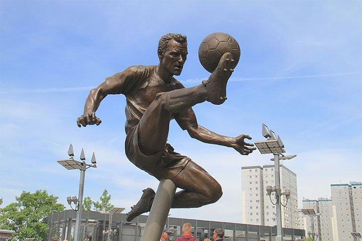 Standbeeld Dennis Bergkamp bij Arsenal