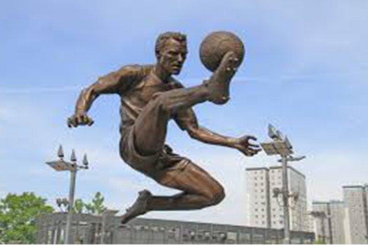 Standbeeld Bergkamp bij Arsenal